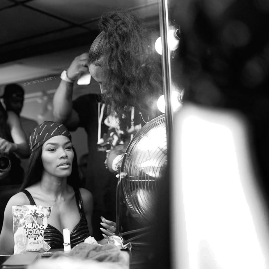 @TeyanaTaylor Gives @RacheLeigh a Lap Dance During Her Performance In Chicago